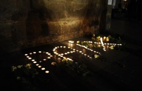 CR  2O Minutes, bougies-forment-mot-paix-devant-capitole-toulouse-9-janvier-2015, PAIX